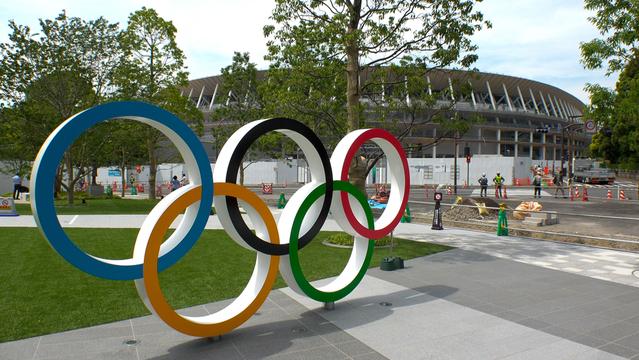 工事中の新国立競技場前の前の五輪のシンボル