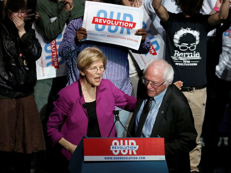 エリザベス・ウォーレン上院議員は2017年3月31日、マサチューセッツ州ボストンで開催されたOur Revolution rallyでバーニー・サンダース上院議員を紹介した。