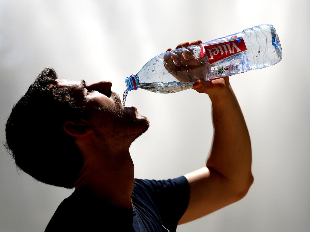水を飲む男性。ブリュッセル、ベルギー。2016年7月。