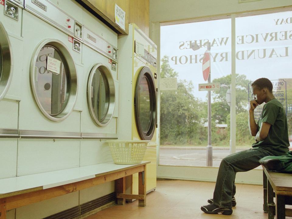 アディダスのコマーシャルの1シーン。洗濯が終わるのを待つ男性。ポッターズ・バー、イギリス。2001年6月。