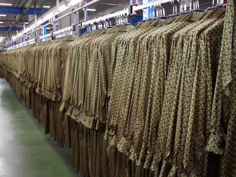 ザラ本部の倉庫に並ぶジャケット。アルテイショ、スペイン。2018年10月。