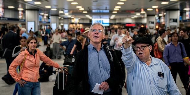 アムトラックの列車の運行が停止しているため、ホームに乗客が集まっている。2019年6月19日、ニューヨークのペンシルベニア駅。