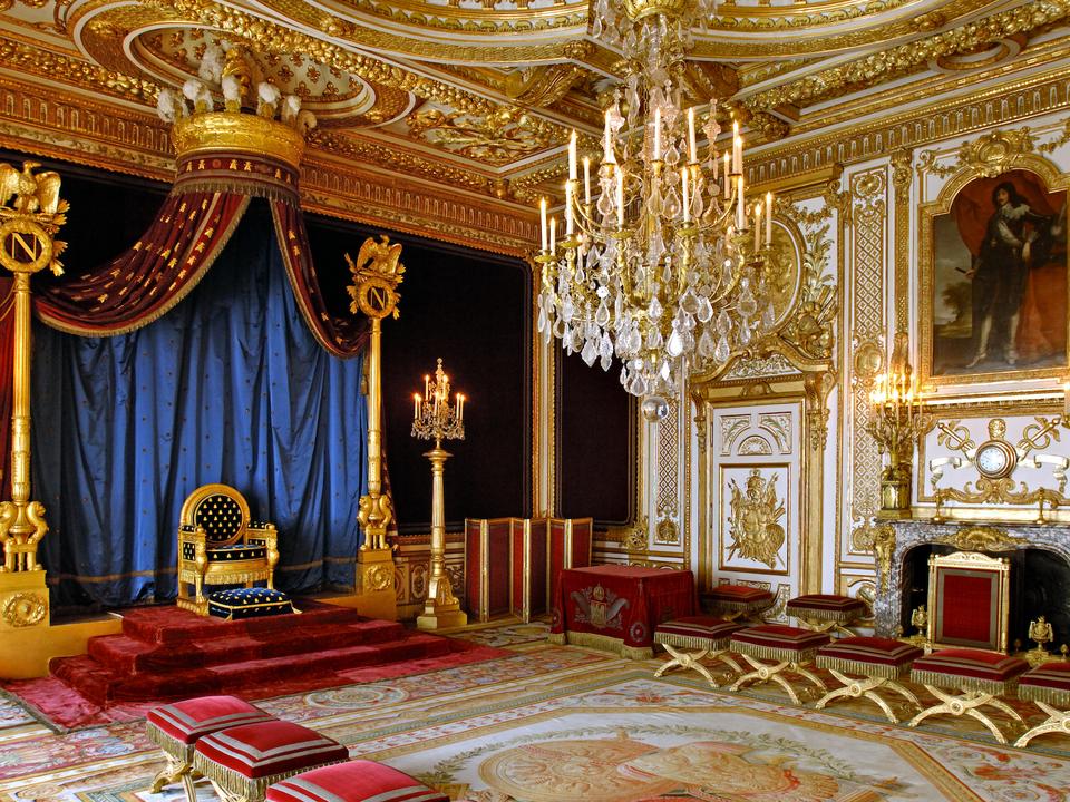 フォンテーヌブロー宮殿はそこに住んだ歴代の国王によって手が加えられ、今ではフランスにおける700年にもおよぶ芸術と建築が進化する様子を写し出す存在となっている。