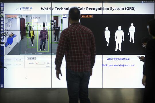 Watrixの社員が、北京のオフィスで歩行認識ソフトウェアのデモを行っている。