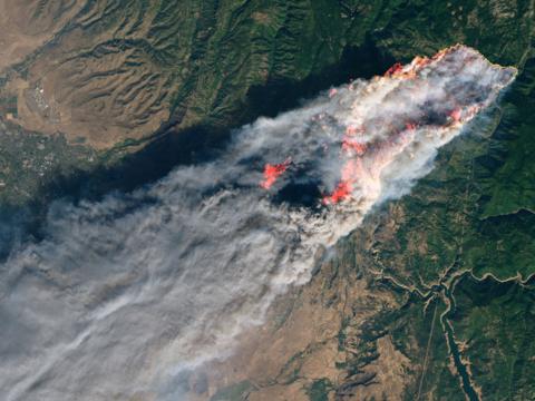 2018年11月8日、カリフォルニア州パラダイスを襲った山火事をとらえた衛星写真。