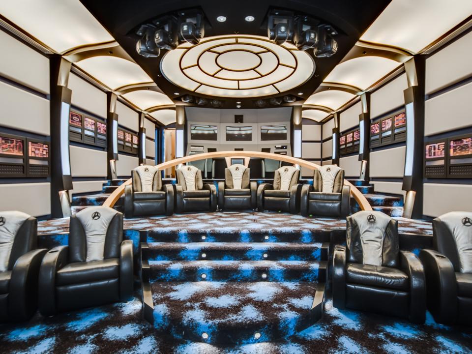 「スタートレック」にインスパイアされたホームシアター。宇宙船エンタープライズ号の内部を思わせるインテリアと、宇宙船のロゴ入りの座席がある