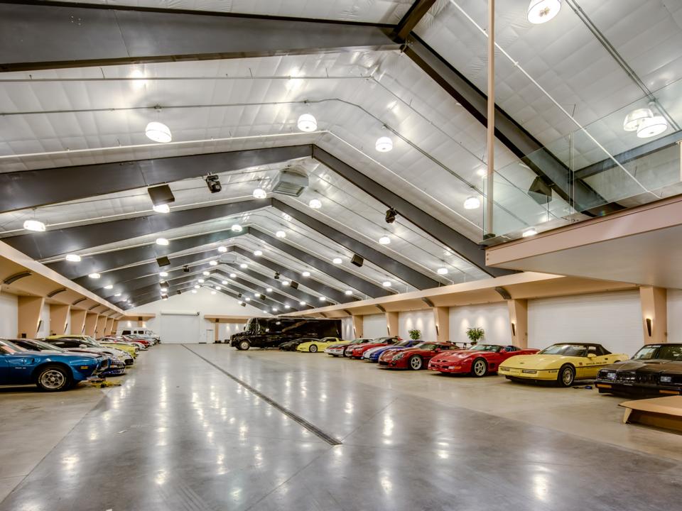 ガレージは家より大きく、約2万7000平方フィート(約2500平方メートル)。寝室が1つと浴室が2つが付いている