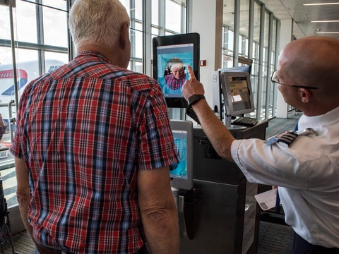 2018年9月にダレス空港に設置された顔認識スキャナー。