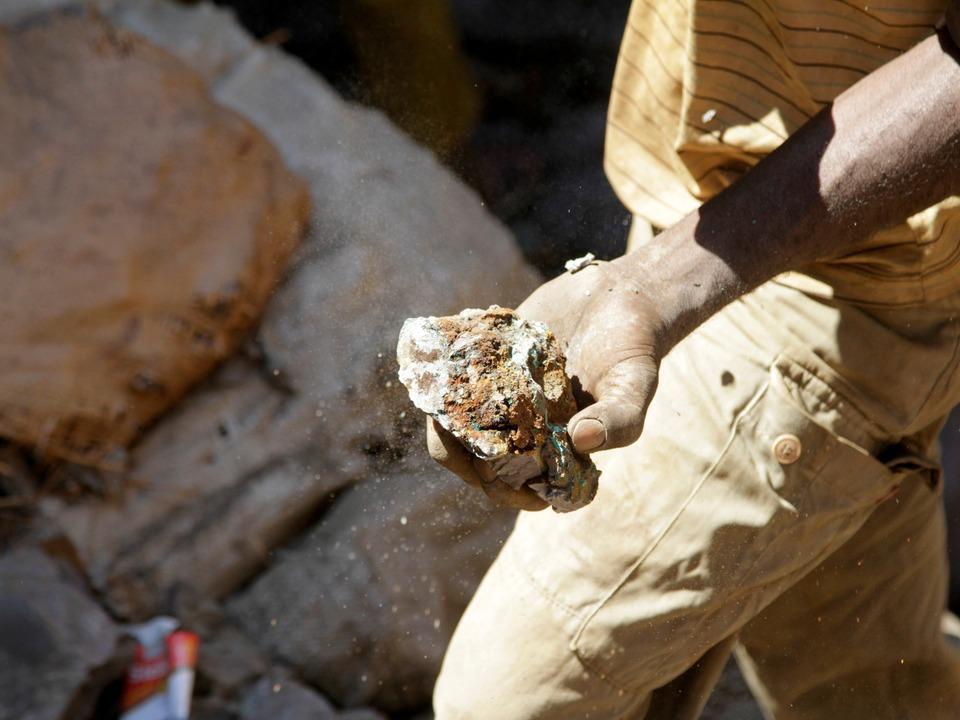 コンゴ民主共和国コルウェジで採掘された鉱石。