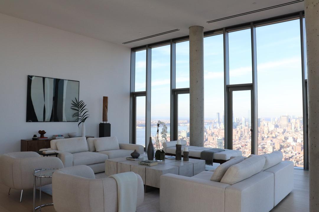 アパートに足を踏み入れると、違う世界にいるかのように感じた。 ニューヨークの高層アパートだったというだけではなく、外観やロビーとは違った柔らかなラインと自然光、ニュートラルな色調でいっぱいだったからだ