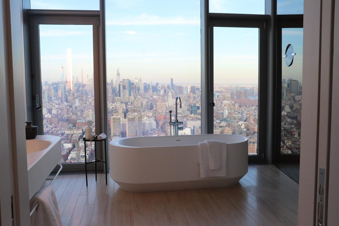 独立した浴槽と息をのむような景色が自慢だ