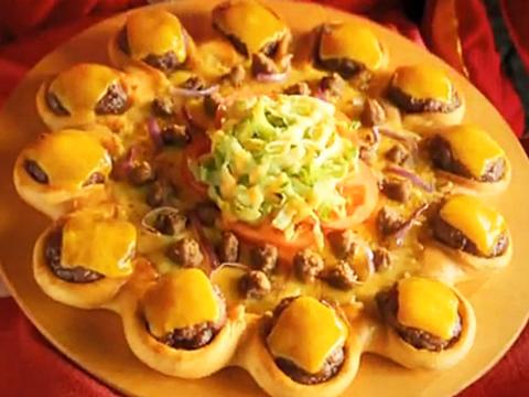 チーズバーガーを敷き詰めたピザ