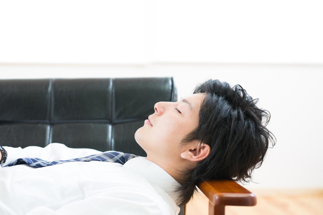 眠る若い男性の写真