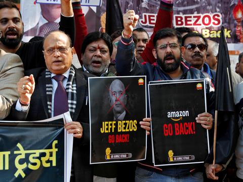 アマゾンのCEOジェフ・ベゾスのインド訪問に抗議して、全インド商業連合(CAIT)のメンバーはプラカードを掲げる。2020年1月15日、インドのニューデリーで。