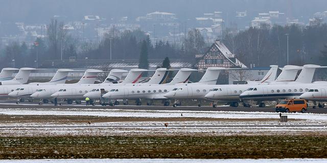 2016年のダボス会議への参加者を乗せた飛行機。2016年1月、チューリッヒの空港で。
