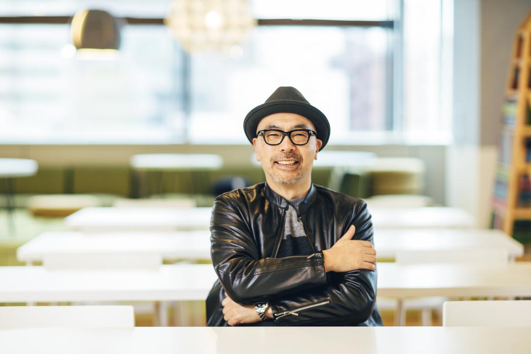 笑顔で応じるインフォバーン代表取締役CVO小林弘人氏