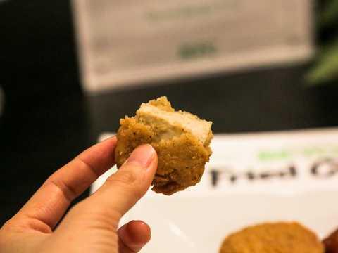 ビヨンド・ミートは、鶏肉のように肉を引きはがすような食感を追い求め、製品開発に取り組んできた。