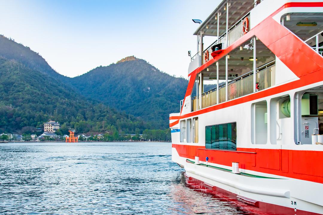 外国人観光客を中心に来訪者が急増する中、本土と宮島を結ぶフェリーの料金に100円程度を「入島税」として上乗せし、環境整備に利用する案が出ている。