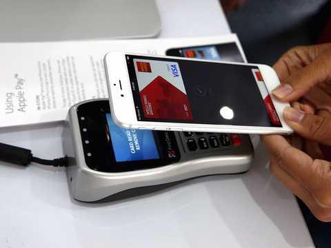 2014年10月20日、サンフランシスコで行われたモバイル決済システム「アップルペイ」のデモンストレーション。