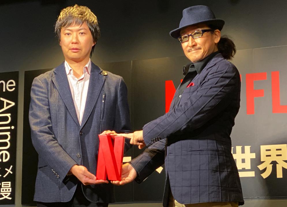 左から、Netflixのシンボルマークを持つ櫻井大樹氏(Netflixアニメチーフプロデューサー)と樹林伸氏。