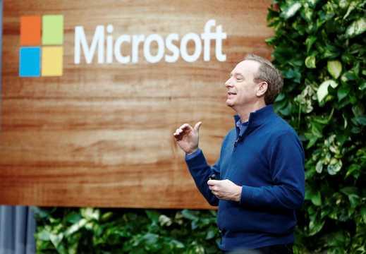マイクロソフトのブラッド・スミス社長は、オフィスへの人員配置の必要性が減ったとしても、引き続き時間給労働者に賃金を支払うと発表した。