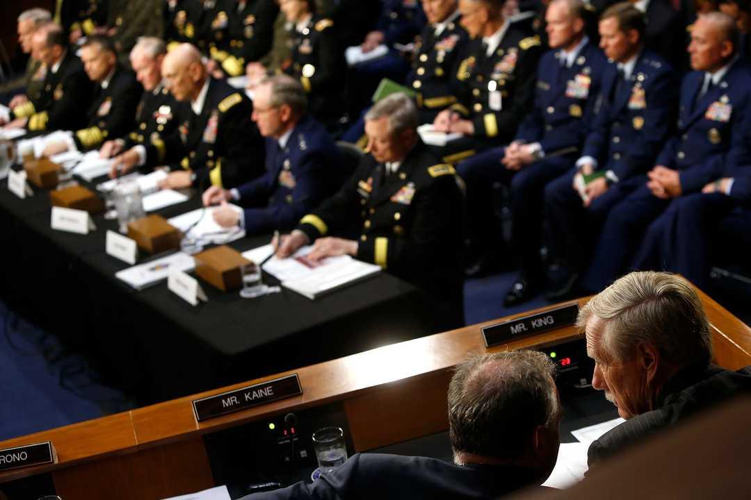 アンガス・キング上院議員(右)は、上院軍事委員会の合同参謀本部による証言中にティム・ケイン上院議員と協議している。2014年5月6日、ワシントンで。