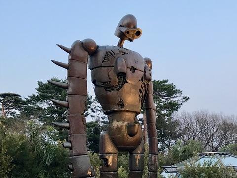 「三鷹の森ジブリ美術館」の屋上からは、優しい顔で佇む約5メートルのロボット兵が見守る。