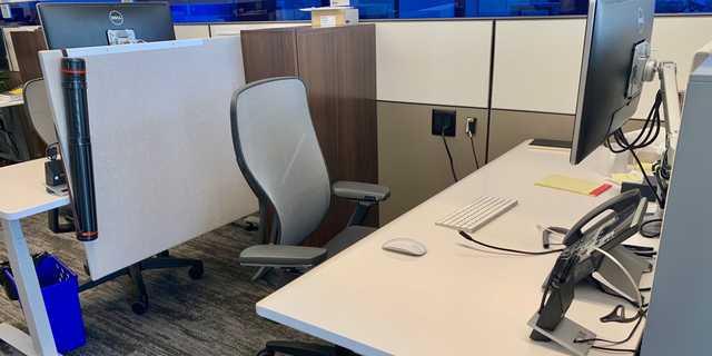 デスクの主が在宅勤務をしている間、席は空いたままだ。