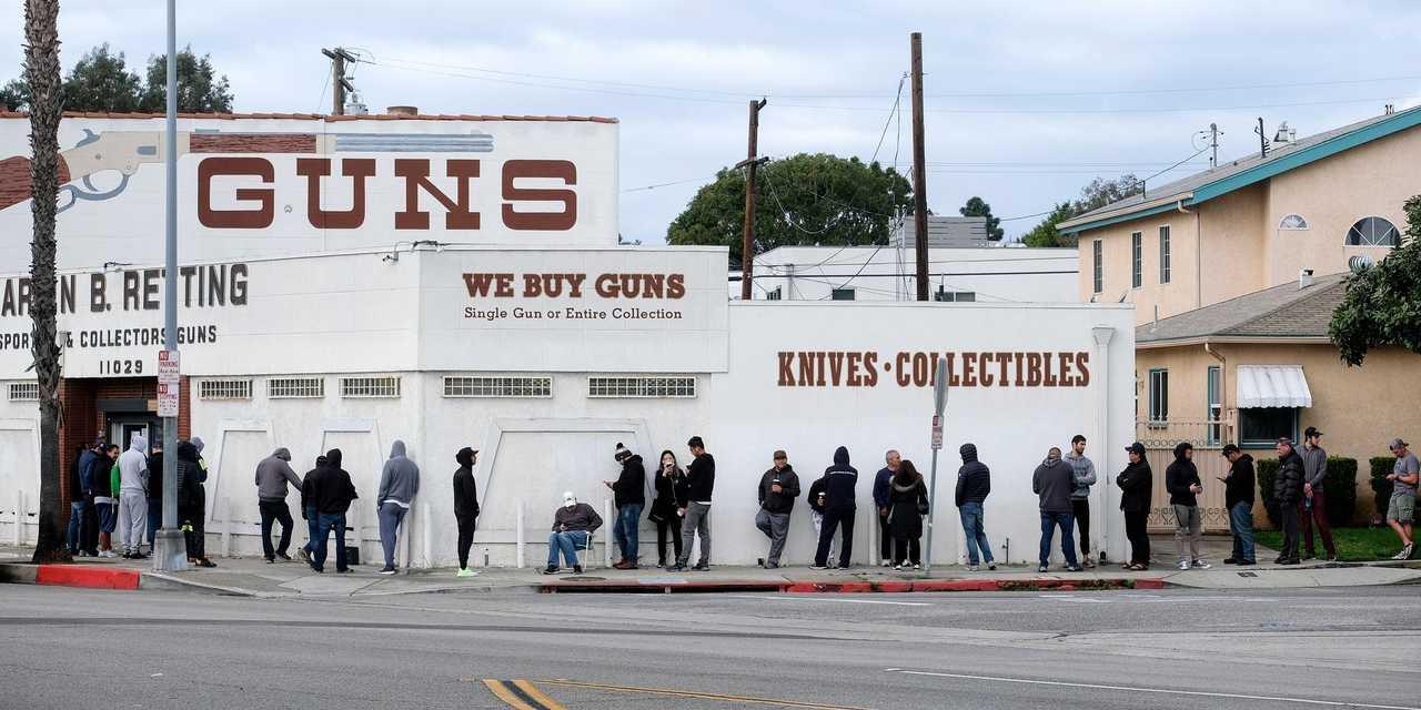 銃を買うために並ぶ人々