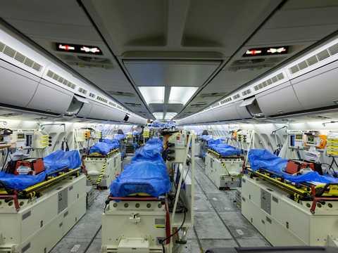 ベルガモに出発する前のドイツ空軍の救命搬送機エアバスA310の内部。2020年3月28日。ドイツ、ケルン。