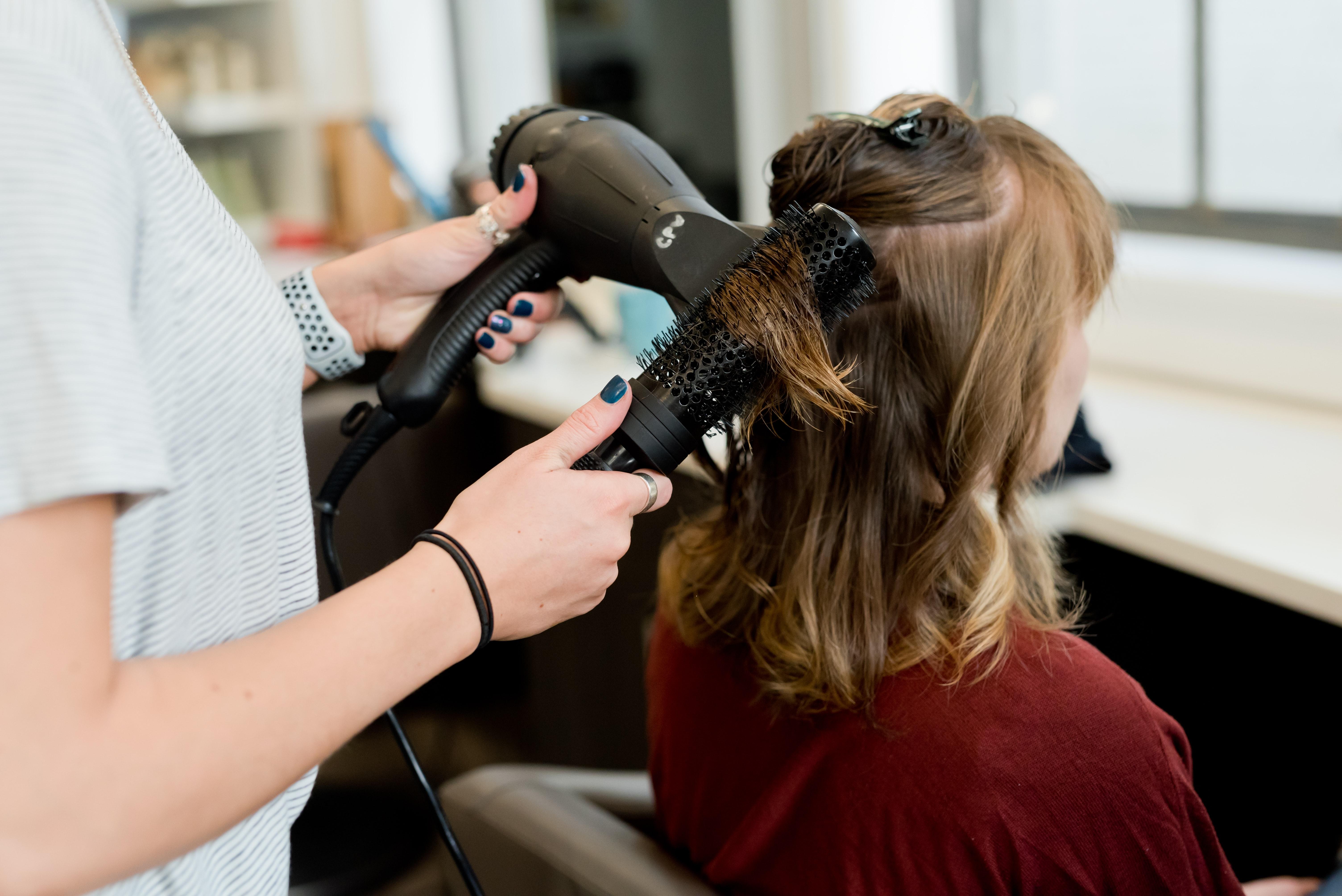 バリカン で 髪 を 切る