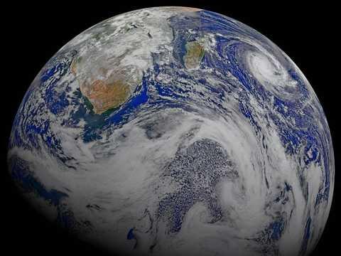 アフリカ大陸南部とその周辺の海域をとらえた合成画像。NASAとアメリカ海洋大気庁(NOAA)の地球観測衛星スオミNPPが、2015年4月9日に地球の軌道を6周する間に撮影した画像が用いられた。
