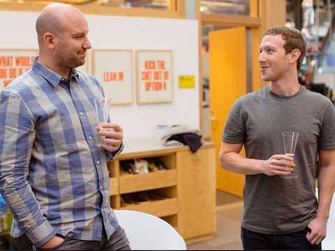 フェイスブックのCEO、マーク・ザッカーバーグ(右)とアンドリュー・「ボズ」・ボスワース。