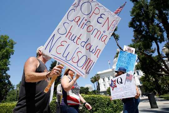 2020年5月1日、カリフォルニア州サクラメントで自宅待機命令の終了を要求する人々。