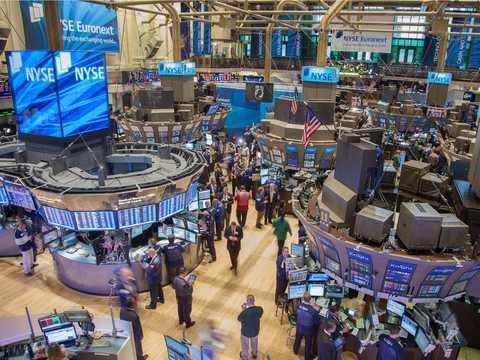 ニューヨーク証券取引所の取引フロア。超富裕層になった人の多くは、金融業界で働いていた人たちだ。