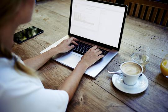 ラップトップパソコンを使う女性