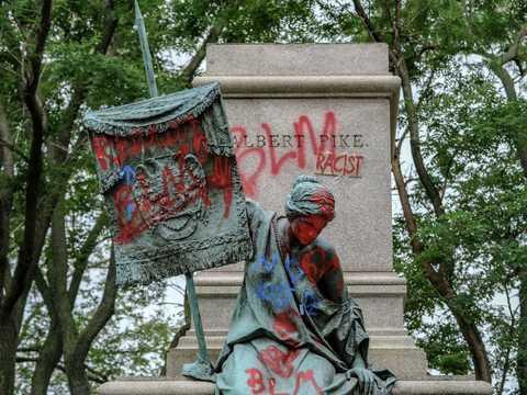 南軍のアルバートパイク将軍の像が抗議者たちによって倒された後の台座。2020年6月20日、ワシントンD.C.で。