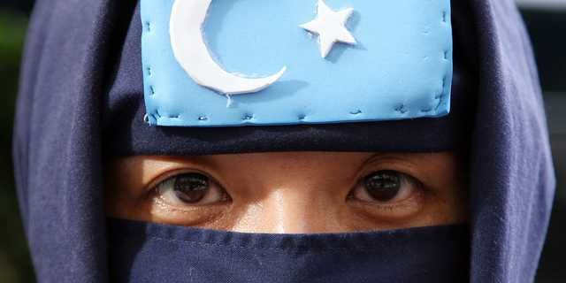 2009年7月29日、世界ウイグル会議のラビア・カーディル議長が記者会見を行った東京の日本プレスセンター前でアピールする活動家。
