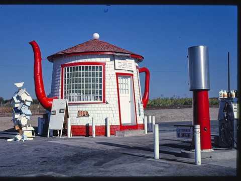 1.ティーポット型のガソリンスタンド。ワシントン州ジラ、1987年撮影。