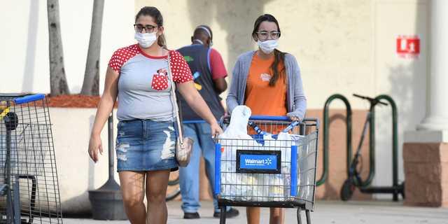 マスクをしたウォルマートの買い物客。