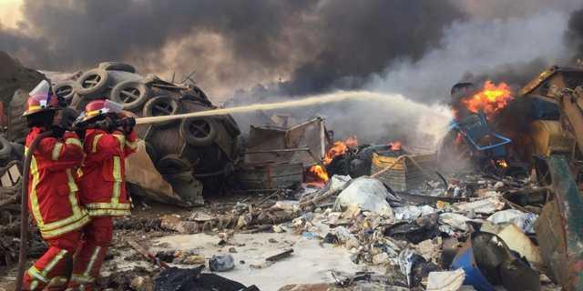 レバノンのベイルートで発生した爆発事故で、消火活動を行う消防士。2020年8月4日。