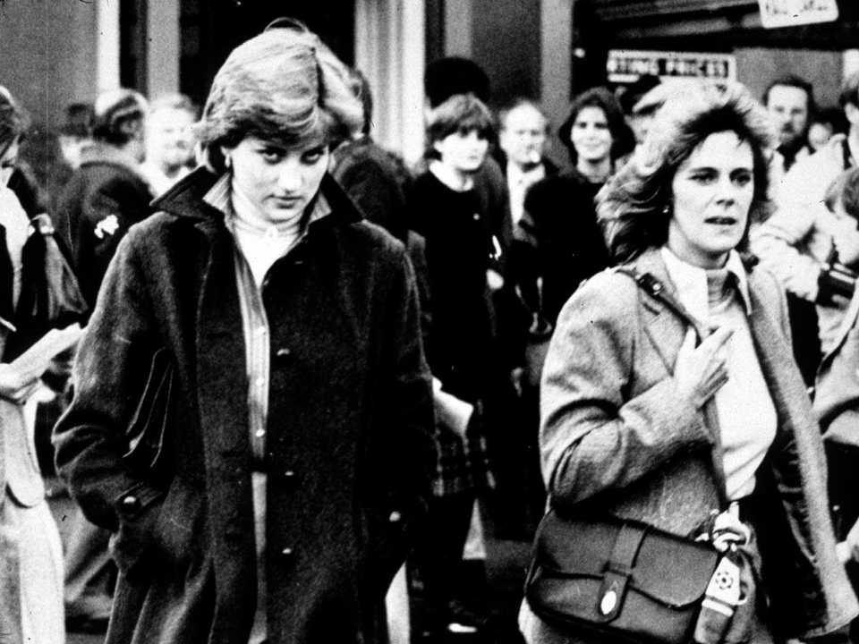 レディダイアナスペンサー(左)とカミラ・パーカー・ボウルズ。 1980年、チャールズ皇太子がレースに出場したラドロー競馬場で。