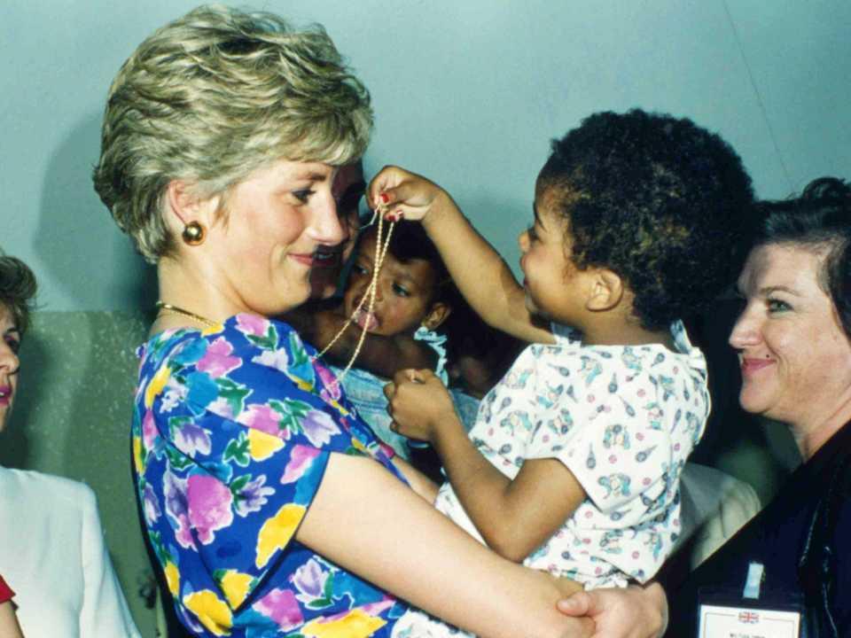 1991年にブラジルを訪問したとき、サンパウロのファバンホステルでHIV陽性の赤ちゃんを抱いてくれるダイアナ。