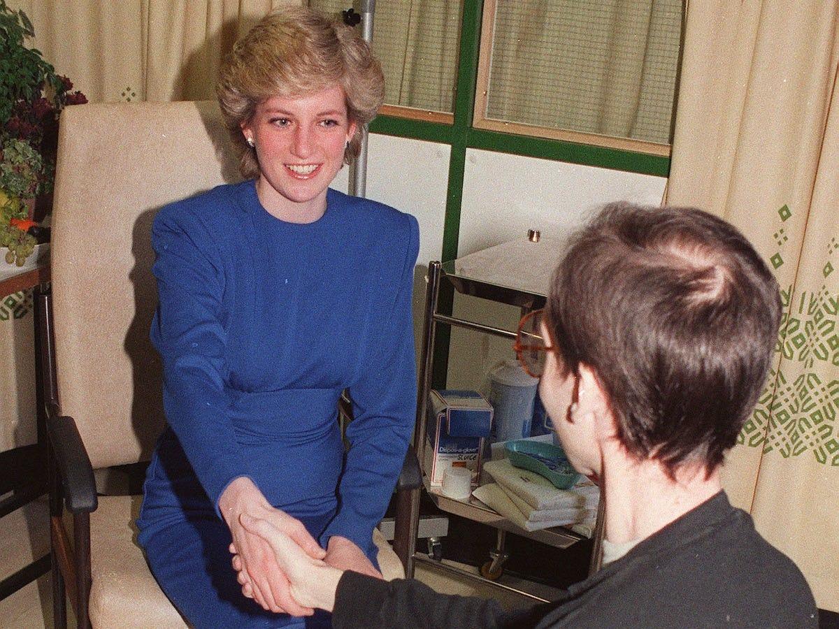 1987年4月にエイズ患者の手を握ってダイアナ。