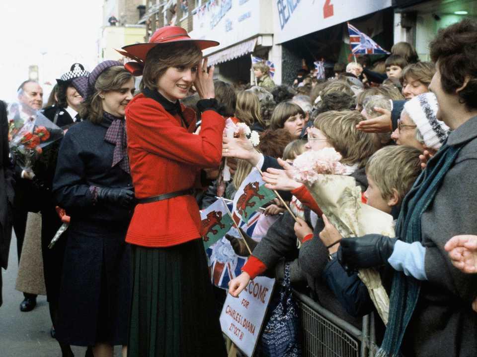 1981年10月頃ダイアナ。 ドナルド・キャンベルスーツジョンボイドの帽子をかぶって人々と互いに接するていた。