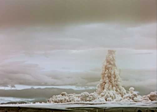 1961年10月、ツァーリ・ボンバが爆発した後に煙と埃の雲が立ち上る。