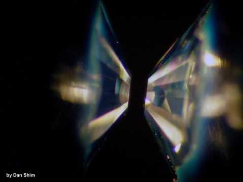 ダイヤモンドアンビルセル。2つの金床型のダイヤモンドでサンプルをはさみ、超高圧で圧縮する装置。