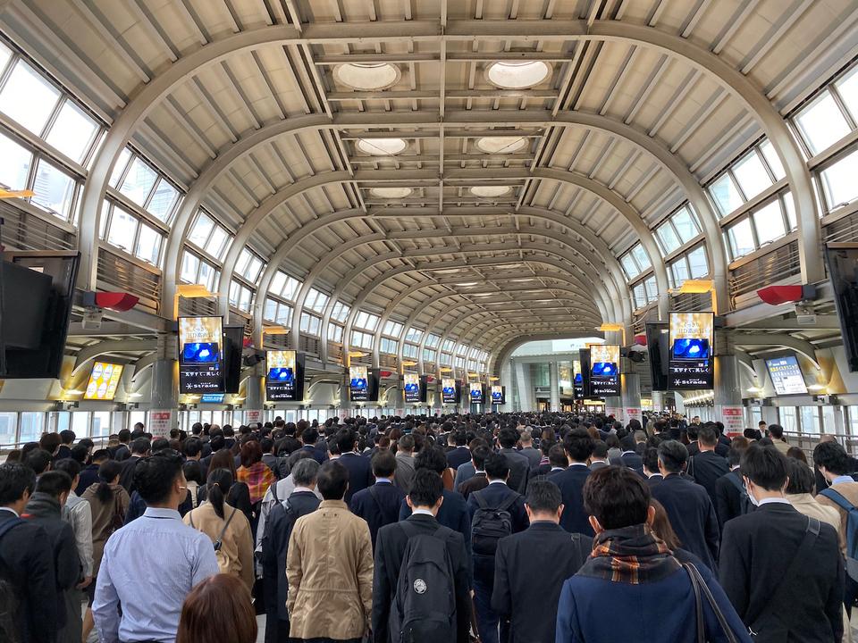 ビジネスパーソンであふれる品川駅