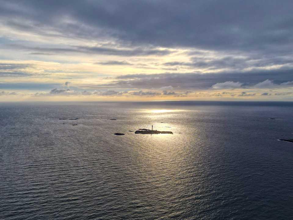 上空から見たHamneskär島とパター・ノスター・ホテル。