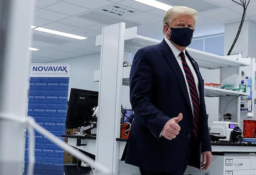 2020年7月27日、ノースカロライナ州にあるフジフイルム・ダイオシンス・バイオテクノロジーズの研究センターを訪問したトランプ大統領。同センターではCOVID-19のワクチンを開発している。